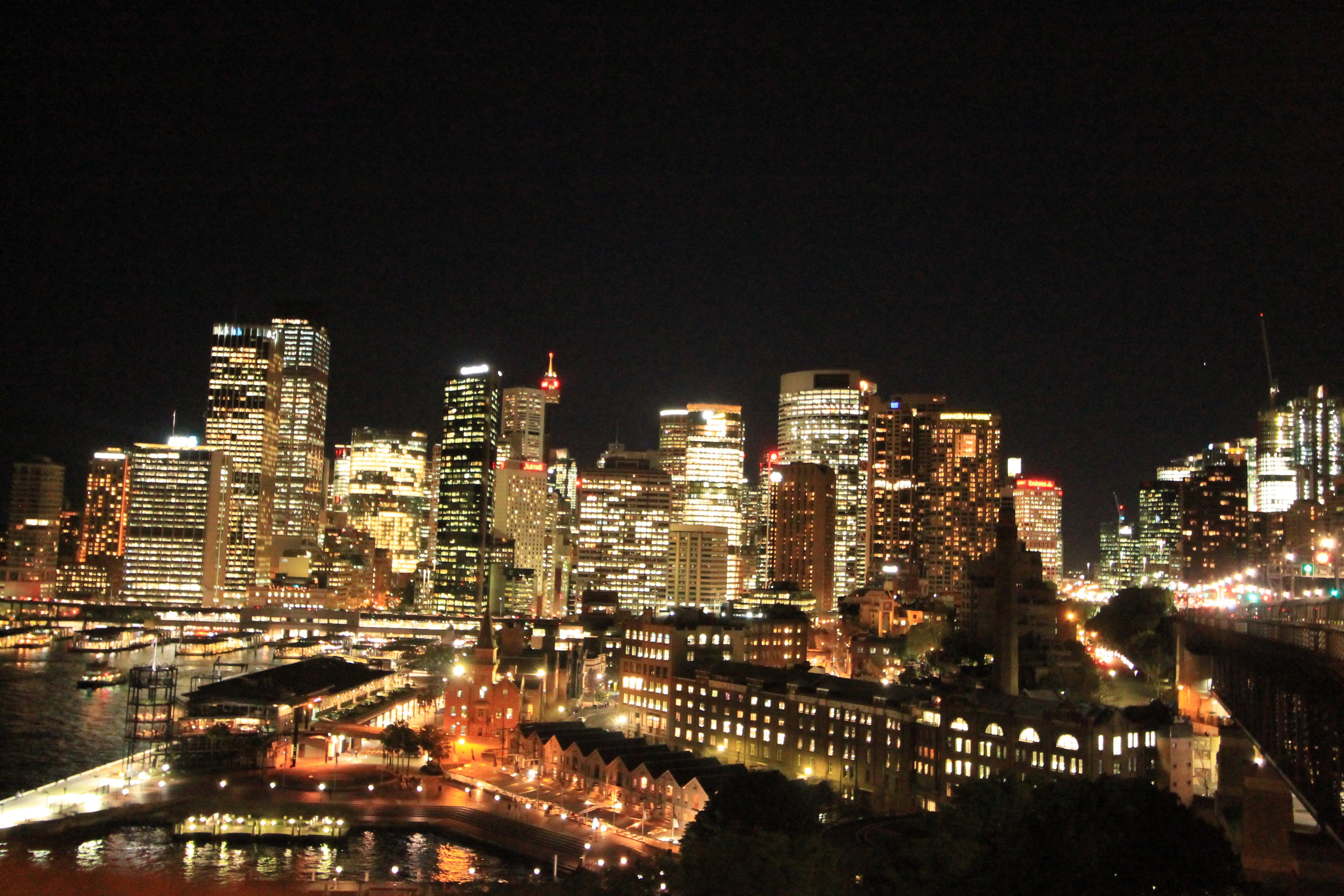 Veduta di Sidney di notte da un punto panoramico