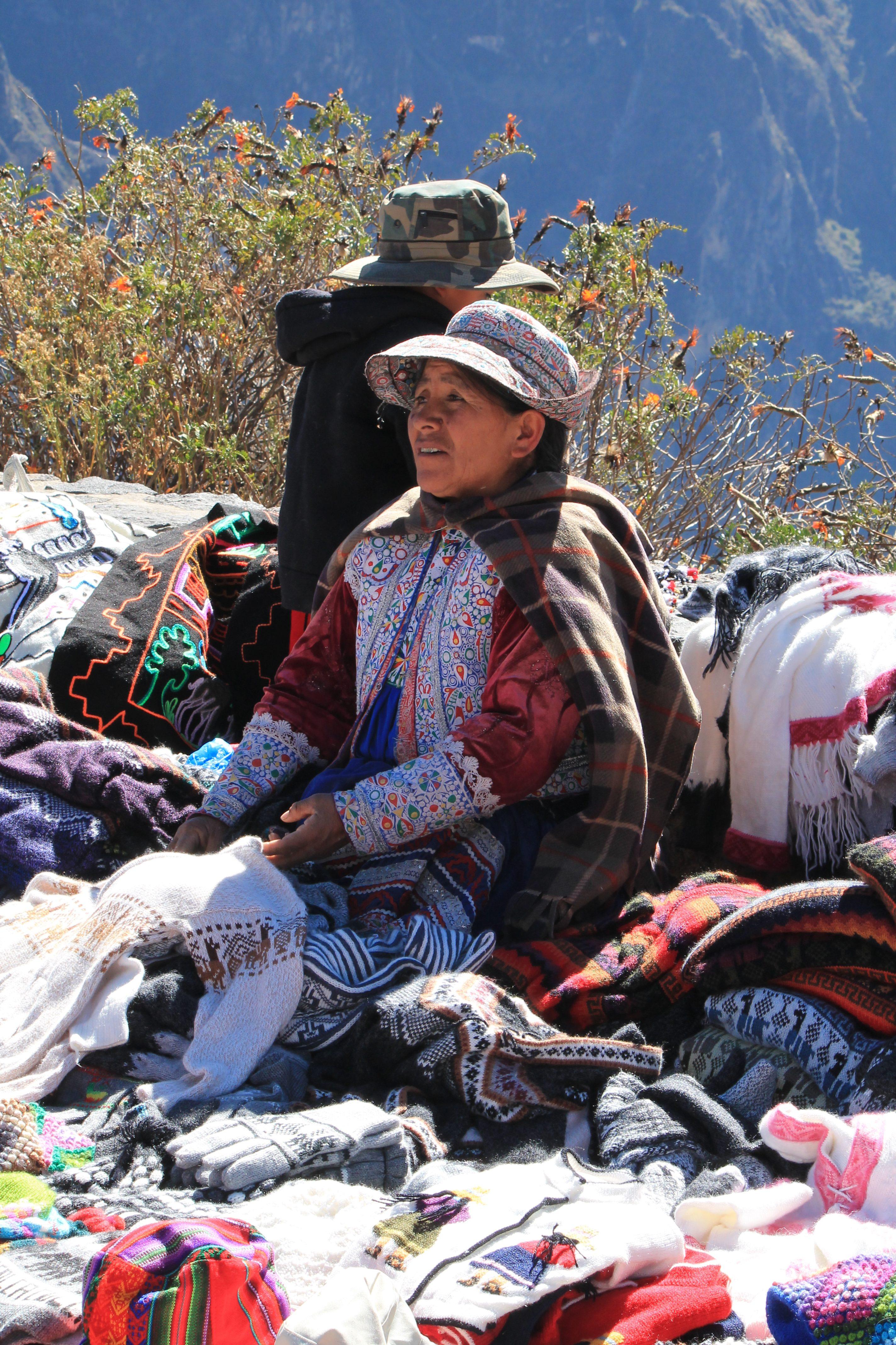 COSA VEDERE IN PERU', DONNA IN VESTITI TIPICI PERUVIANI AL COLCA CANYON