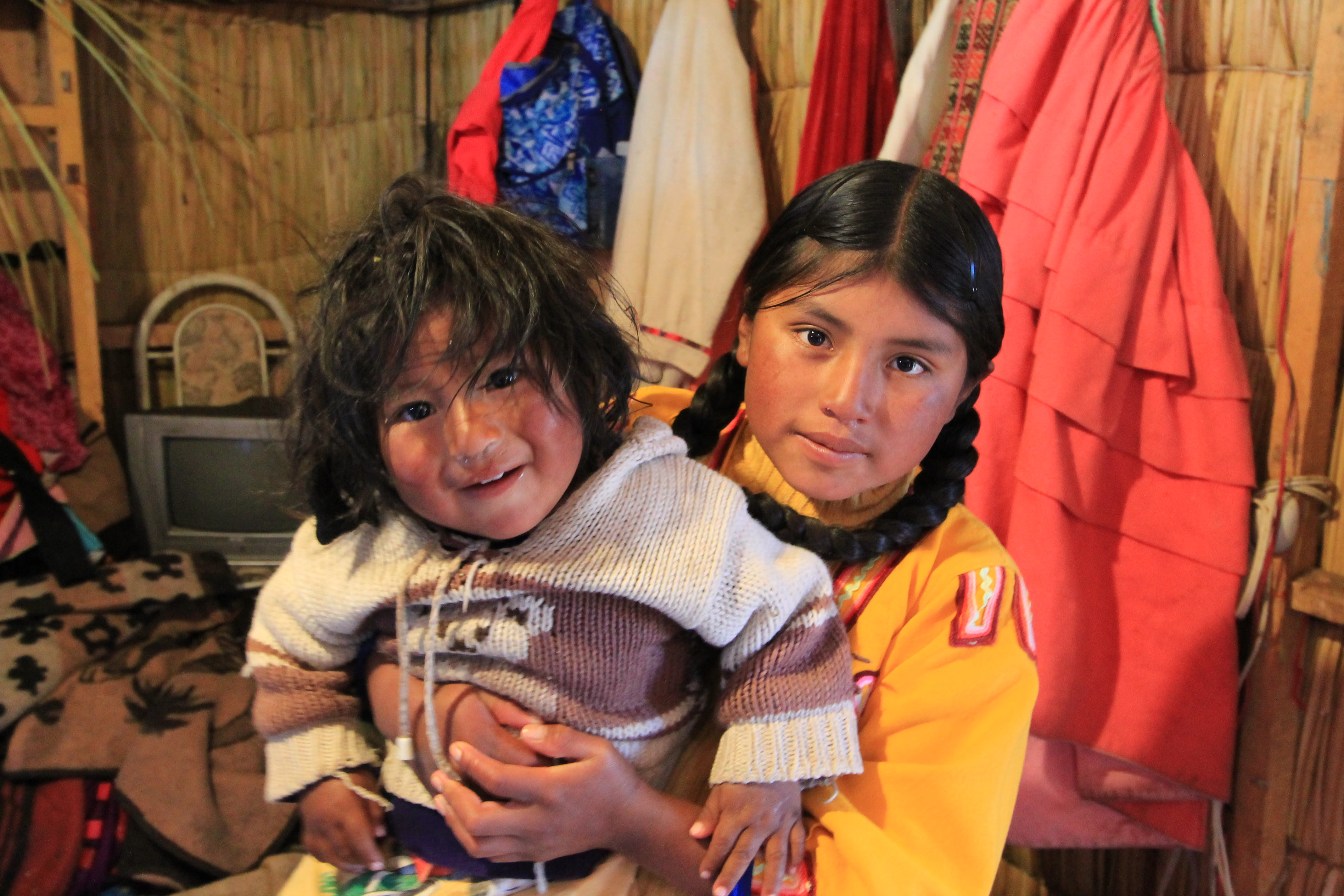 COSA VEDERE IN PERU', FOTO DI BAMBINI UROS SUL LAGO TITICACA