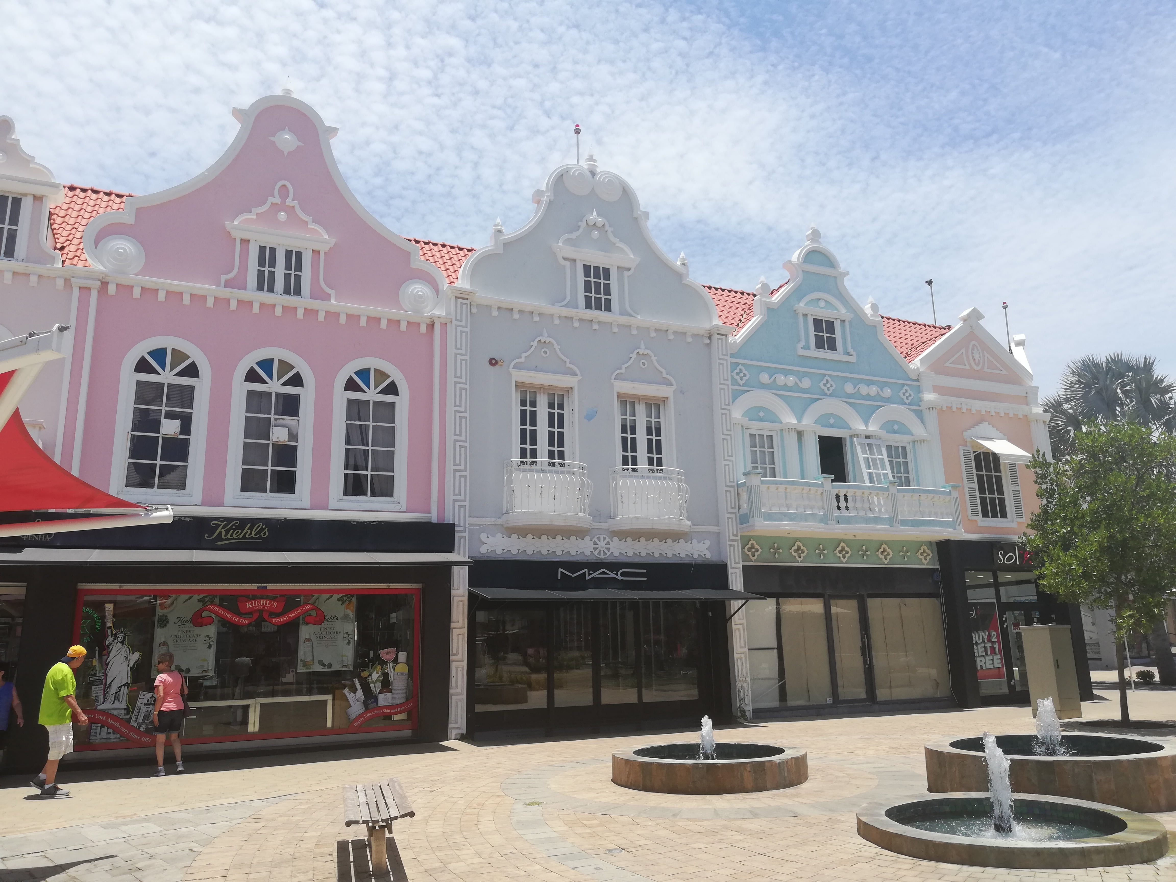 oranjestad isola di aruba, edifici architettura olandese color pastello in downtown