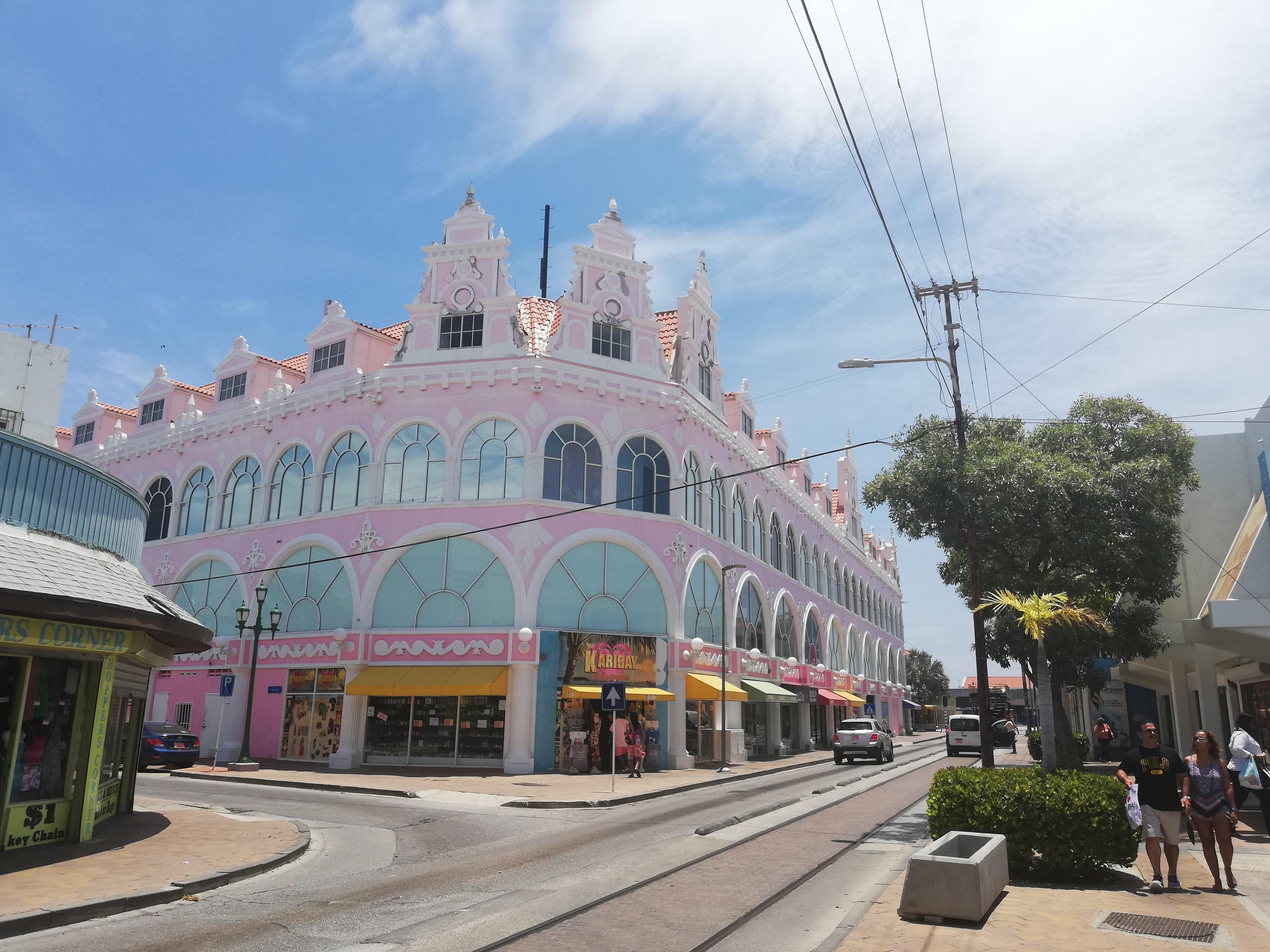 oranjestad isola di aruba, case tipiche color pastello